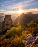 Oud Kasteel die bij Dalings` s kleuren staren: Zonsondergang in het Franse Cathare-gebied de dag vóór de laatste maanverduisterin royalty-vrije stock afbeeldingen