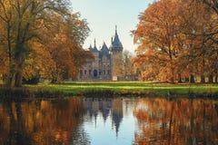 Oud kasteel in een park van de feeherfst Stock Foto's