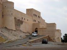 Oud kasteel in het sultanaat van Oman stock afbeeldingen