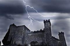 Oud kasteel met bliksem Stock Afbeeldingen