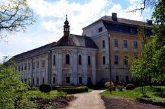 Oud kasteel met kapel royalty-vrije stock afbeelding