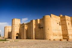 Oud kasteel met sjofele muren stock foto's