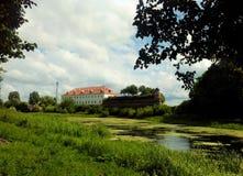 Oud kasteel op de rivier Stock Foto