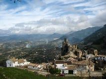 Oud kasteel op de rots, La Iruela, Andalusia, Spanje stock fotografie
