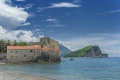 Oud kasteel op het strand stock afbeelding