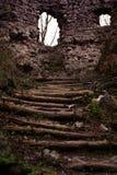 Oud kasteel Weg die tot het oude kasteel leiden de muur van een oud steenkasteel en voor het een houten trap die naar omhoog leid stock foto