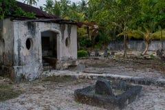 Oud oud kerkhof met crypt en graven bij het tropische lokale eiland Fenfushi stock afbeelding