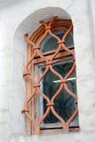 Oud kerkvenster in Moskou het Kremlin De Plaats van de Erfenis van de Wereld van Unesco Royalty-vrije Stock Afbeelding