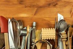 Oud keukengerei op een houten raad Verkoop van keukenmateriaal Chef-kok` s hulpmiddelen Royalty-vrije Stock Afbeelding