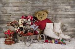 Oud kinderenspeelgoed op houten achtergrond voor Kerstmisdecoratie