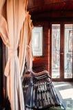 Oud klassiek trein houten binnenland met gordijn en middaglicht royalty-vrije stock afbeeldingen
