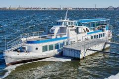 Oud klein schip in Dnipropetrovsk-rivier Dniper royalty-vrije stock fotografie
