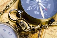Oud klok en kompas Royalty-vrije Stock Foto's