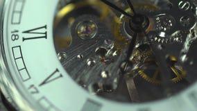 Oud klokclose-up, transience van tijd De prijs van elke minuut in het leven stock videobeelden