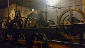 Oud klokmechanisme die tijd bij Lviv-Stadhuis, technische vooruitgang meten stock videobeelden