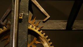 Oud klokmechanisme met toestellen stock footage