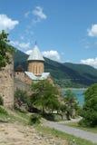 Oud klooster dichtbij meer, Georgië Stock Foto's