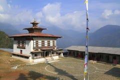 Oud klooster dichtbij Mongar stock afbeeldingen
