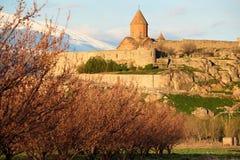 Oud klooster voor berg Stock Foto's
