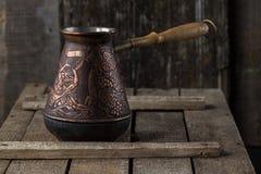 Oud koffiezetapparaat op rustieke keukenlijst stock foto's