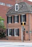 Oud koloniaal twee verhaalhuis Stock Foto's