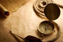 Oud kompas op antiek document Stock Foto