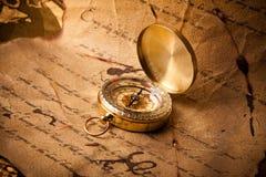 Oud kompas op bericht Stock Foto