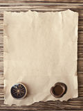 Oud kompas op grungeachtergrond Royalty-vrije Stock Foto's