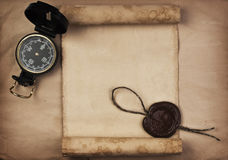 Oud kompas op grungeachtergrond Royalty-vrije Stock Foto