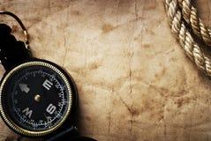 Oud kompas op grungeachtergrond Stock Foto's