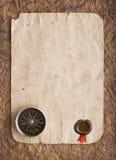 Oud kompas op grungeachtergrond met een een wasverbinding en lint Stock Fotografie