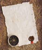 Oud kompas op grungeachtergrond met een een wasverbinding en lint Royalty-vrije Stock Afbeeldingen