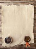 Oud kompas op grungeachtergrond met een een wasverbinding en lint Royalty-vrije Stock Foto