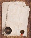 Oud kompas op grungeachtergrond met een een wasverbinding en lint Stock Afbeeldingen