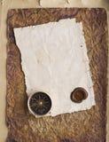 Oud kompas op grungeachtergrond met een wasverbinding Stock Foto
