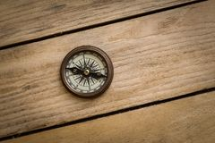 Oud kompas op houten lijst royalty-vrije stock fotografie