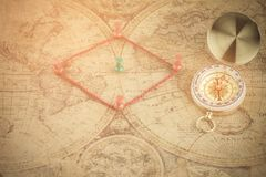 Oud kompas op uitstekende kaart stock afbeeldingen
