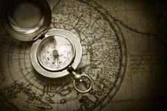 Oud kompas op uitstekende kaart Stock Foto's