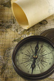 Oud kompas over kaart Royalty-vrije Stock Foto's