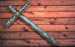 Oud Kruis met in God die wij op Houten Lijst hebben vertrouwd op stock afbeelding