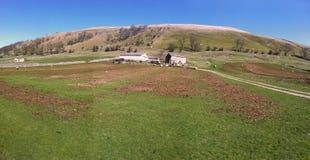 Oud landbouwbedrijf op een helling in North Yorkshire Royalty-vrije Stock Foto