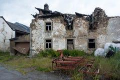 Oud Landbouwbedrijfhuis die neer vallen stock afbeeldingen