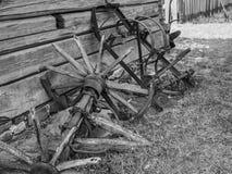 Oud landbouwbedrijfmateriaal in het platteland stock afbeelding