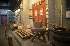 Oud landbouwbedrijfmateriaal in Museum van Nationaliteiten Stock Afbeeldingen