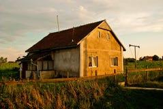 Oud landbouwershuis bij zonsondergang Roemenië Stock Afbeeldingen