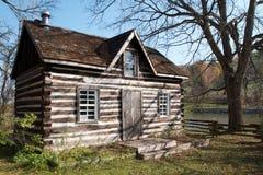 Oud landelijk blokhuis met mening van rivier Stock Foto's