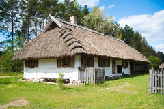 Oud landelijk huis met met stro bedekt dak Stock Afbeelding