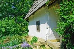 Oud landelijk huis van witte kleur Royalty-vrije Stock Foto