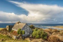 Oud landelijk Iers plattelandshuisjelandschap Stock Foto