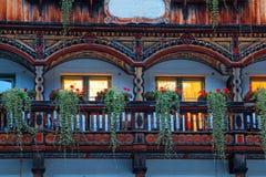 Oud landelijk traditioneel chalet met detail, vensters, balkon royalty-vrije stock afbeeldingen